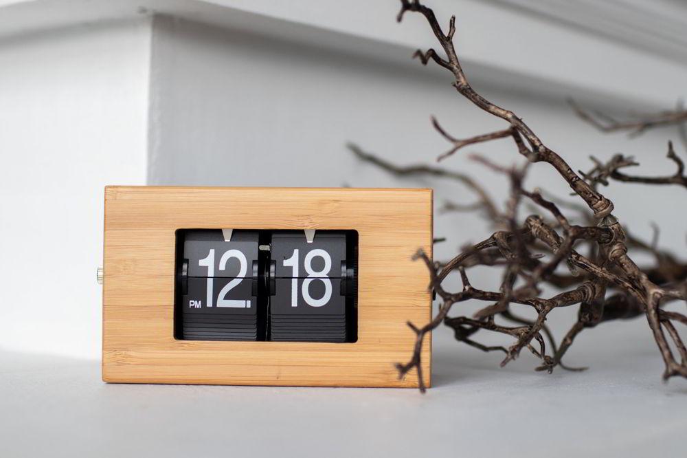 Một chiếc đồng hồ đặt trên bàn giúp ta quản lý thời gian tốt hơn